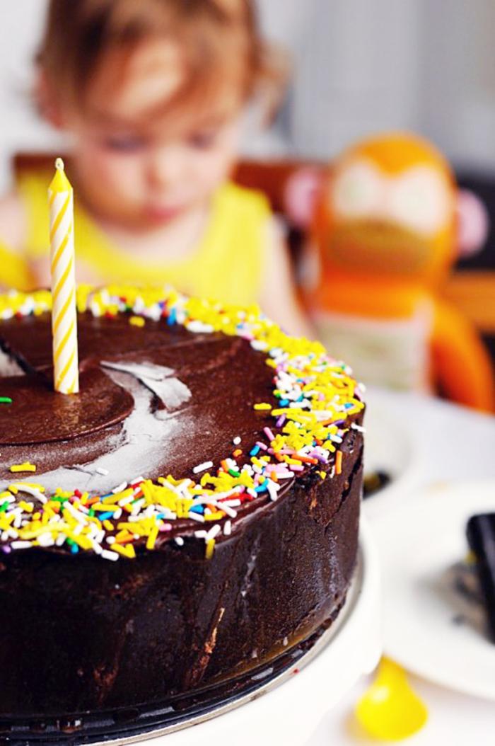 Schokoladentorte selber zubereiten, Kindergeburtstag organisieren, eine Kerze auf der Torte