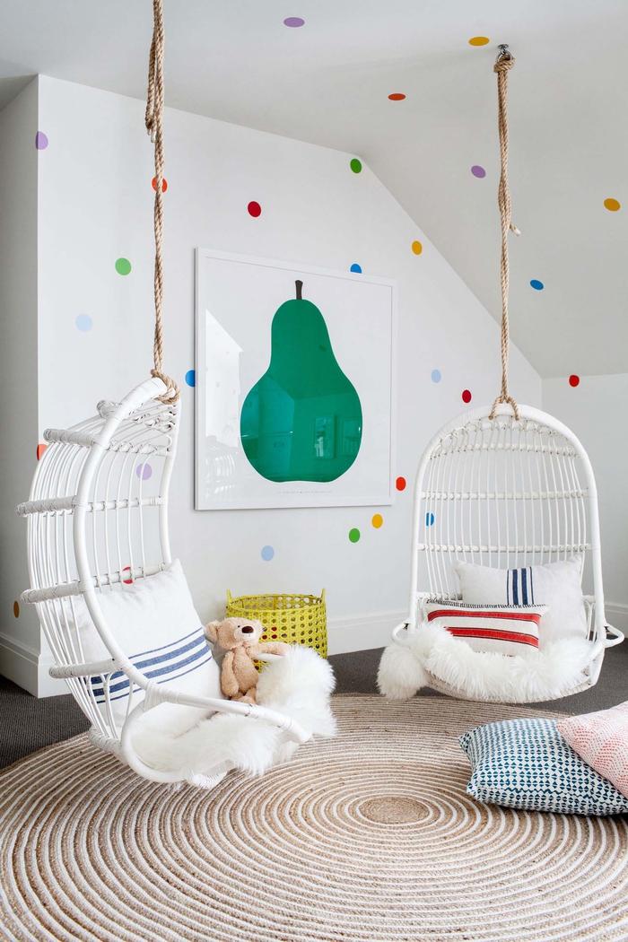 Kinderzimmer im Landhausstil einrichten, bunte Punkte an Wänden, zwei Wiegen, Dekokissen und ein Kuschelbär