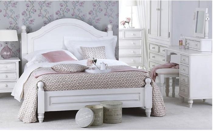 shabby möbel, weißes bett aus holz im vintage-look, graue tapeten mit lila blumen, weiße schränke