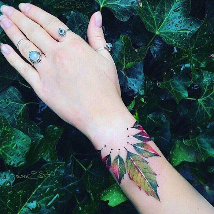 beliebteste tattoos, buntes wasserfarben tattoo am handgelenk