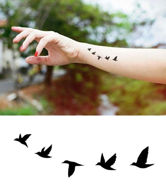 beliebteste tattoos, roter nagellack, kleine vögel am handgelenk