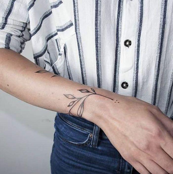 kleines tattoo am handgelenk, zweig mit blättern, gestreiftes hemd