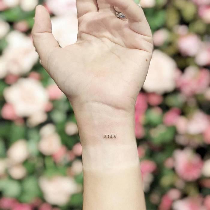 Kleines Tattoo im Schreibmaschinenstil am Handgelenk, Smile Tattoos, Frauen Tattoos Ideen