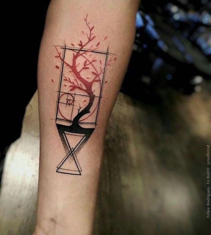 Männertattoo auf dem Arm, Baum mit roten Blättern, geometrische Figuren