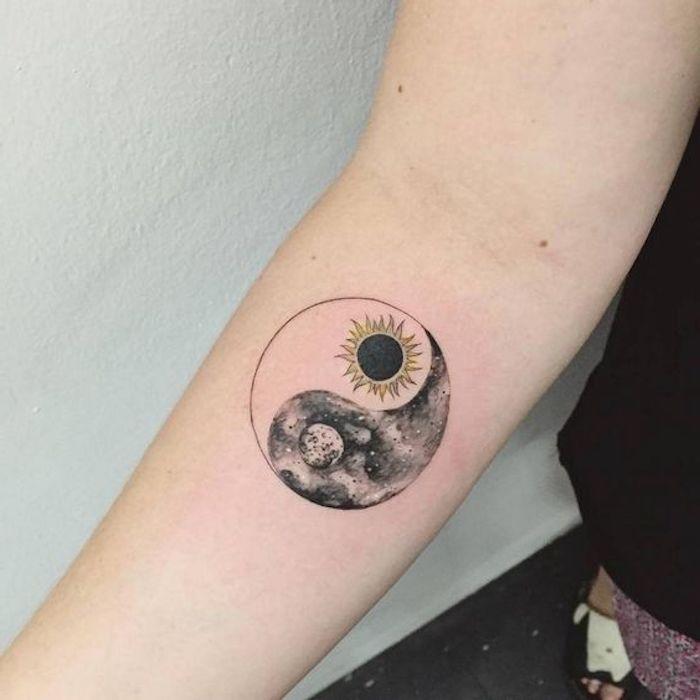 Yin-Yang Tattoo auf dem Arm einer Frau, Sonne und Mond, Schwarz und Weiß