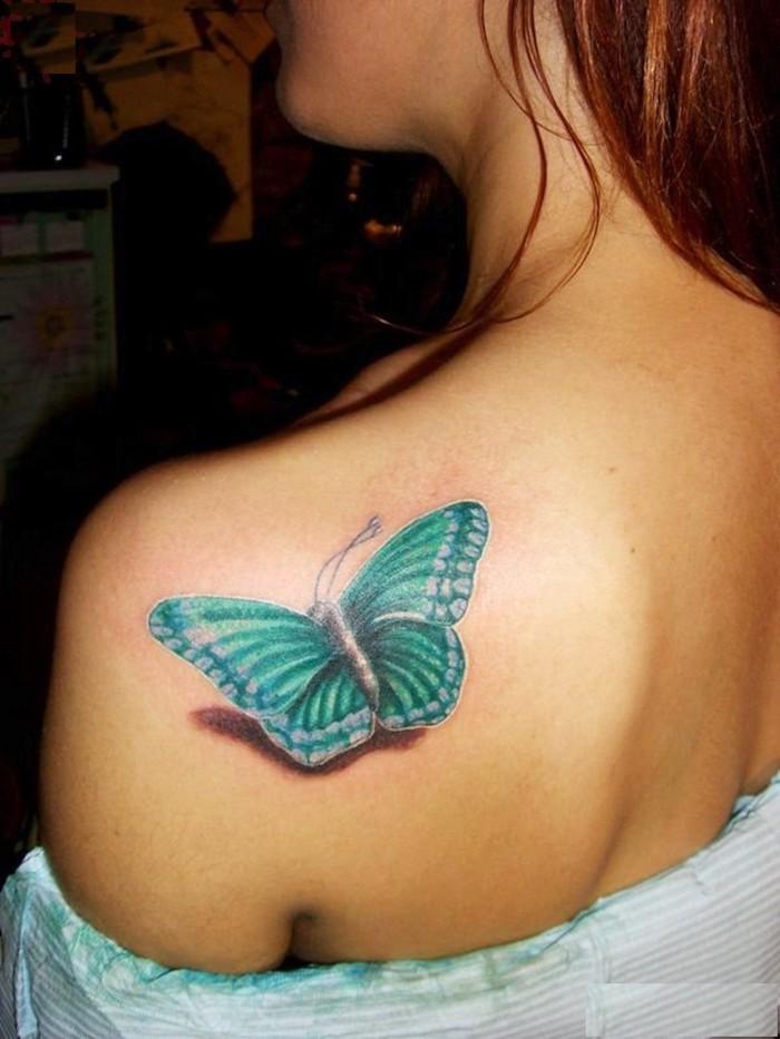 buntes kleines tattoo am schulter, blauer schmetterling