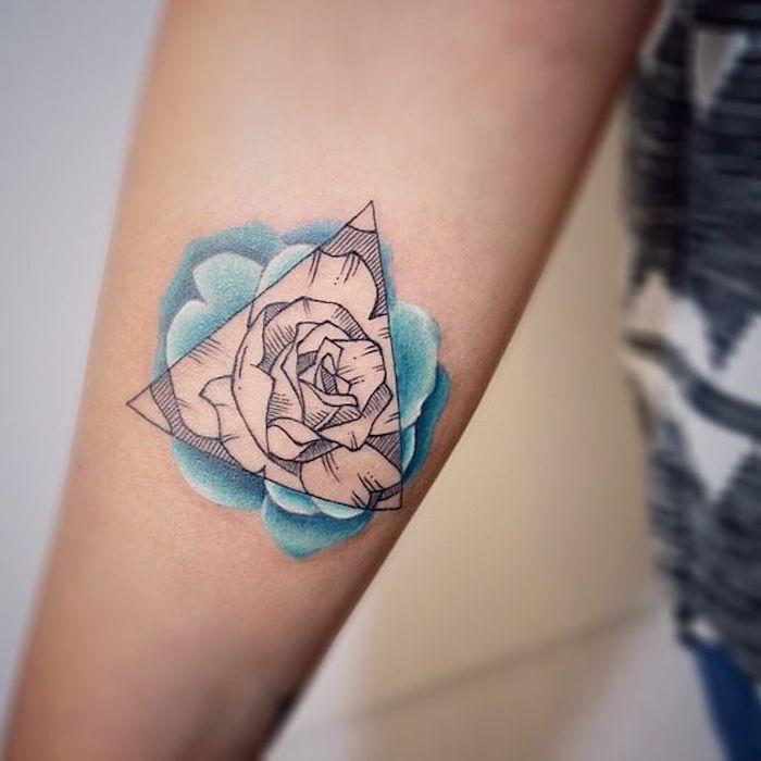 bleiebteste tattoos für frauen, rose und dreieck am unterarm