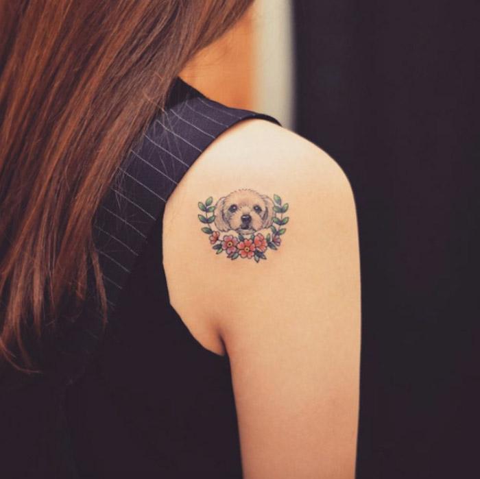bleiebteste tattoos, frau mit kleiner tätowierung am schulter