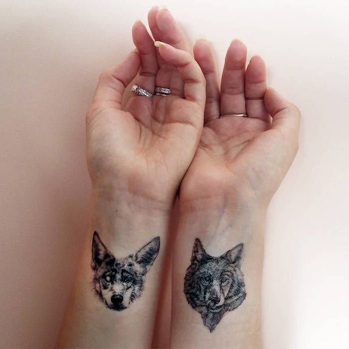 kleines tattoo am handgelenk, hund und wolf in schwarz und grau