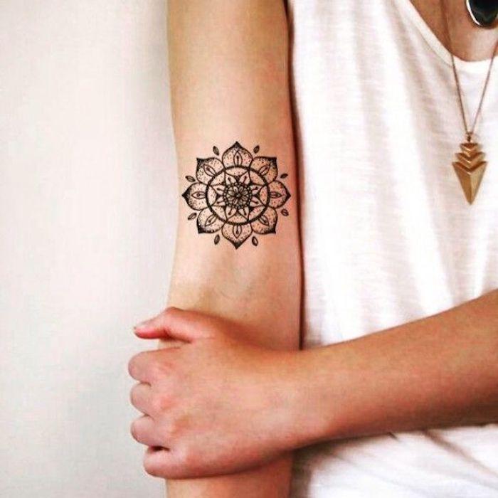 kleines tattoo am oberarm, mandala tattoo in schwarz und grau