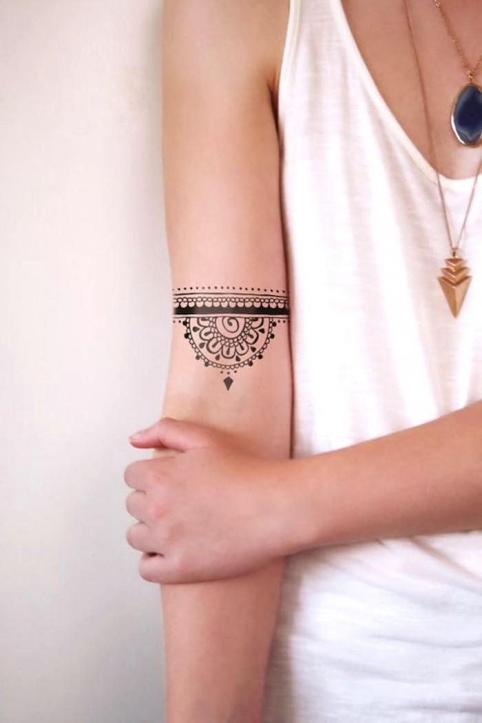 beliebteste tattoos, kleines tattoo mit vielen elementen am oberarm