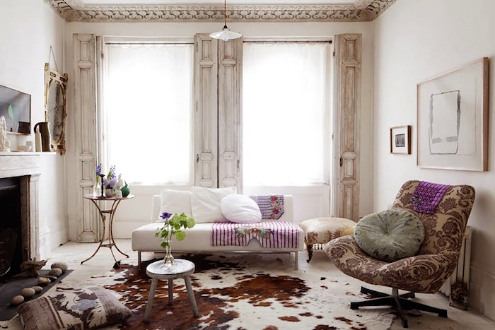 shabby deko, wohnzimmer im vintage stil, weißes sofa, beige sessel mit lila elementen