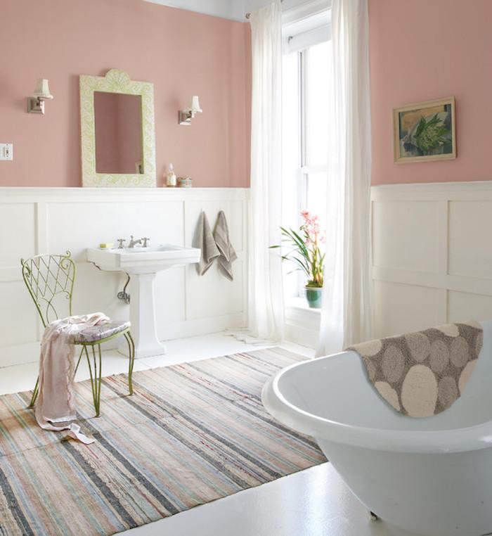 shabby deko im badezimmer, teppich im retro stil, freistehende badewanne