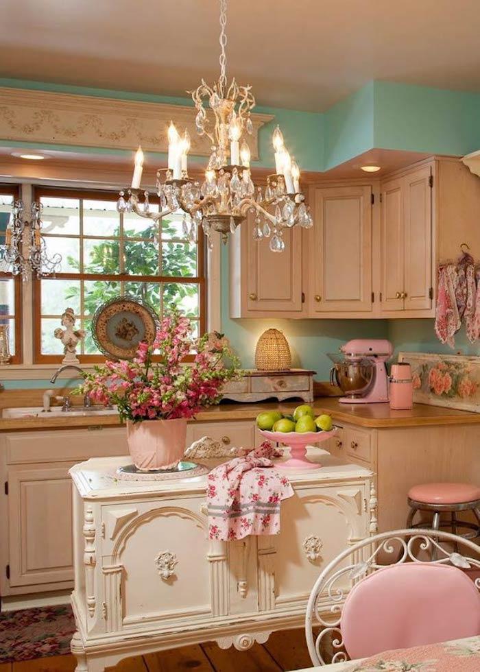shabby deko, küche einrichten und dekorieren, schränke in creme, kronleuchter aus kristall
