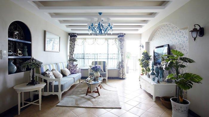 shabby deko, wohnzimmer in weiß und blau, kronleuchter, pflanzen