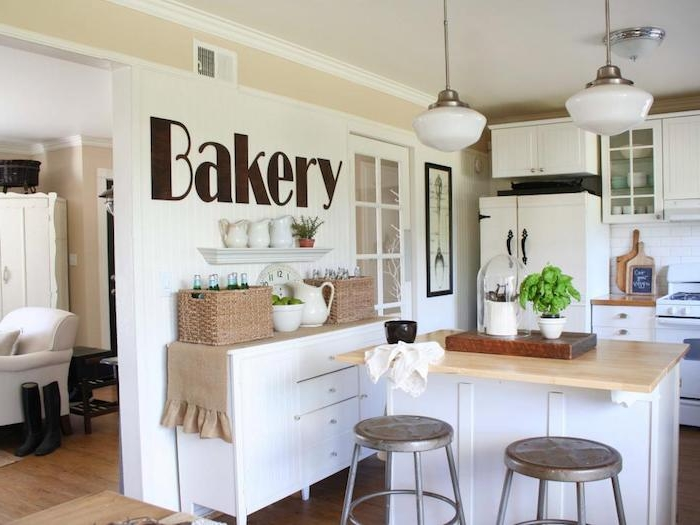 kommode shabby, küche in weiß einrichten, kochinsel aus holz, wanddeko