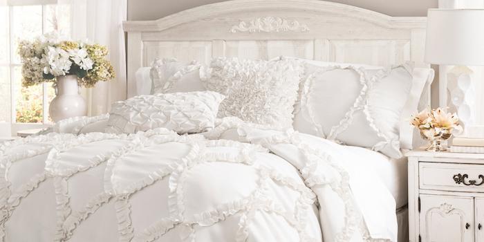 shabby deko, schlafzimmer in weiß einrichten, weiße bettwäsche