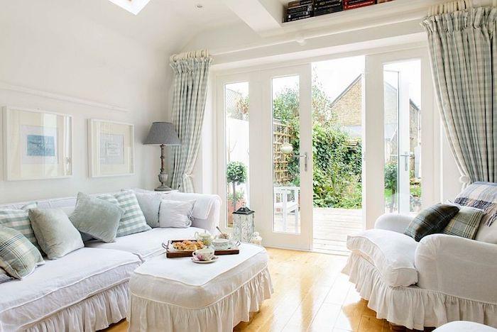 shabby möbel, weißes sofa dekoriert mit blauen dekokissen, karrierte gardinen