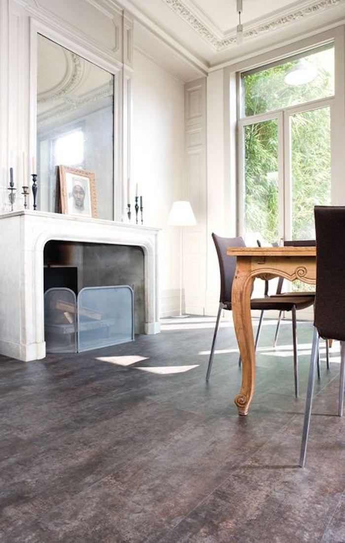 Esszimmer mit Tisch aus Massivholz, Spiegel über dem Kamin, Vintage-Style