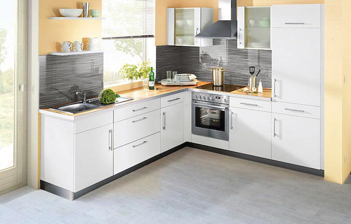 grauer Korkboden, L-Küche mit weißen Küchenfronten und gelben Wänden