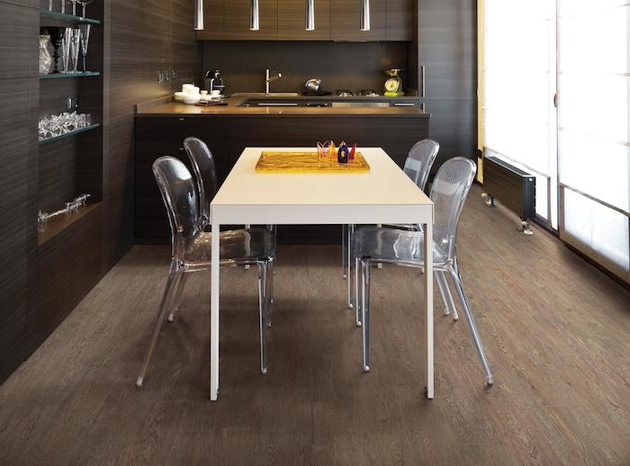 brauner Korkboden, Esszimmer in dunklen Farben, U-Küche mit Übergang