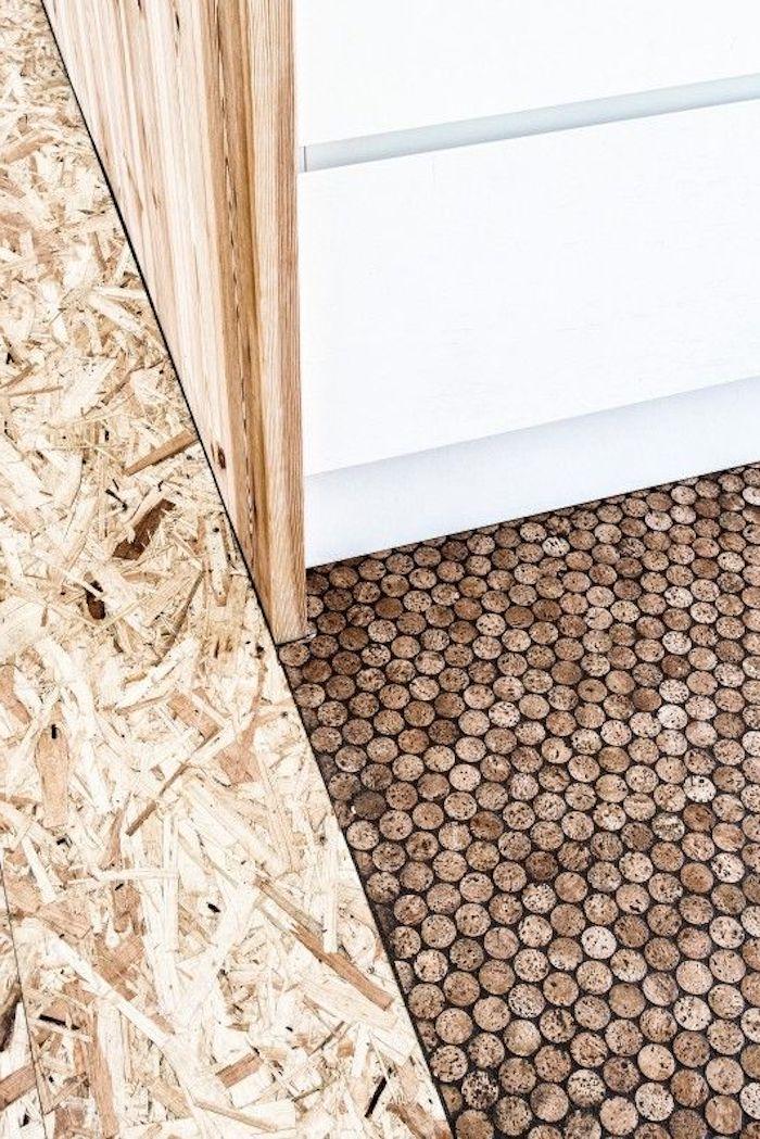 Kork als Bodenbelag: Variationsbreite, Korkfliesen, weiße Kommode ohne Griffe