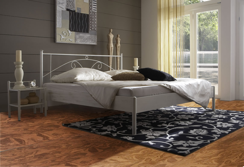 Fußbodenbelag mit Blumen Muster ein schwarzer Teppich im Schlafzimmer