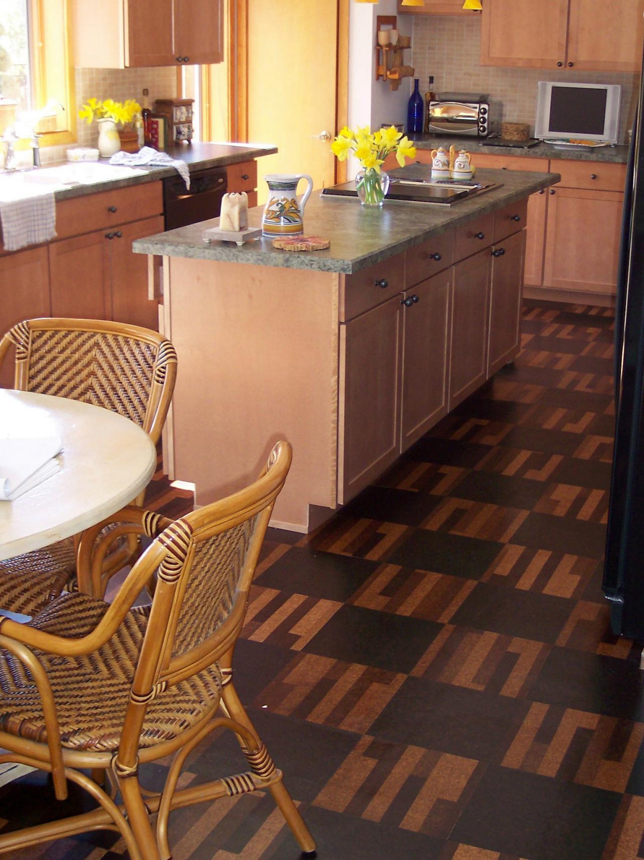 Bodenbelag Küche wie Fliesen, aber aus Kork zwei Rattan Stühle interessantes Geschirr