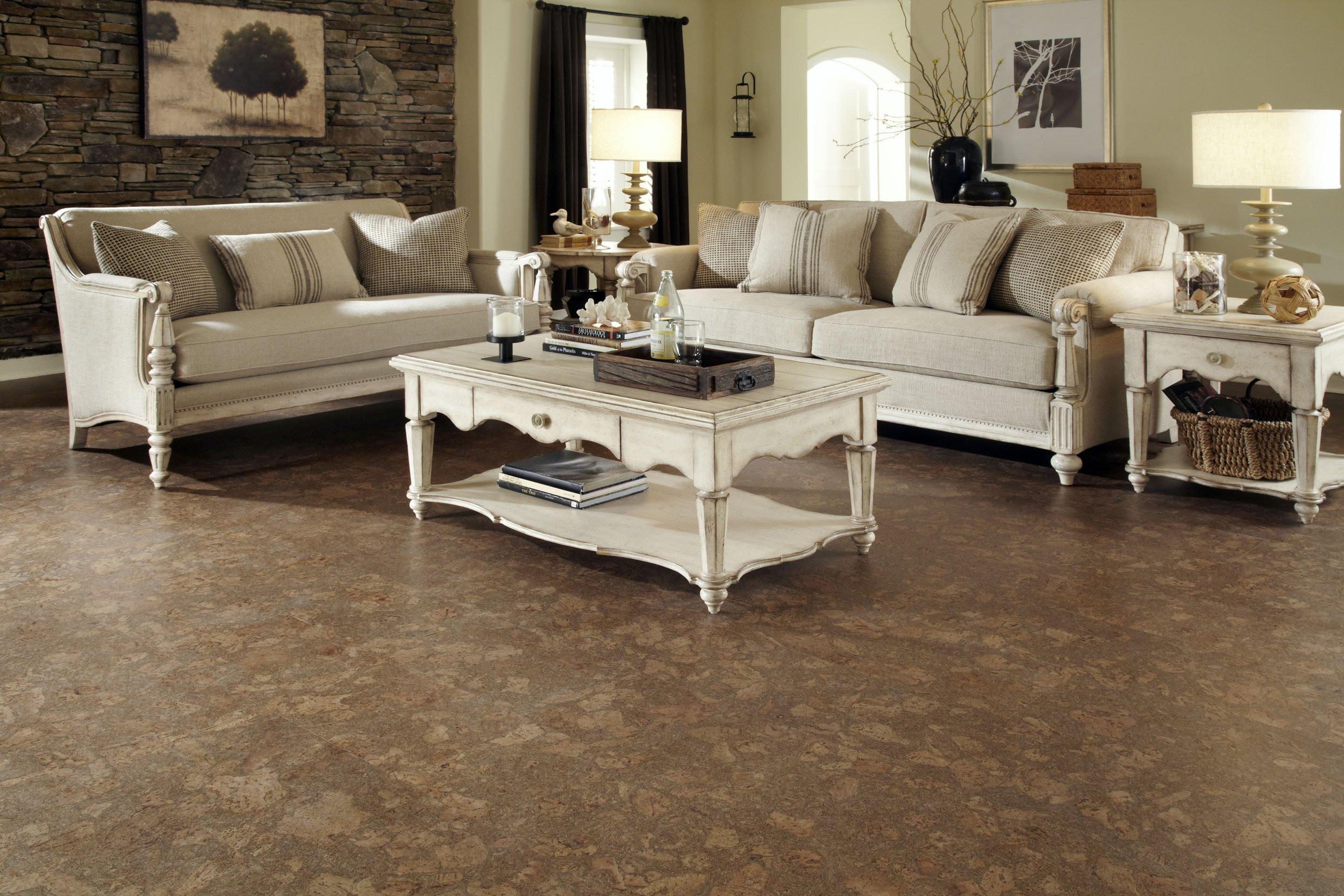 zwei Sofas am Ecke in beiger Farbe kleiner Tisch ein Bild mit Bäumen - Kork Fußbodenbelag
