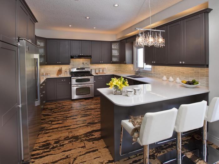 Tiger-Korkfliesen, Küche mit U-Form, indirektes LED-Licht