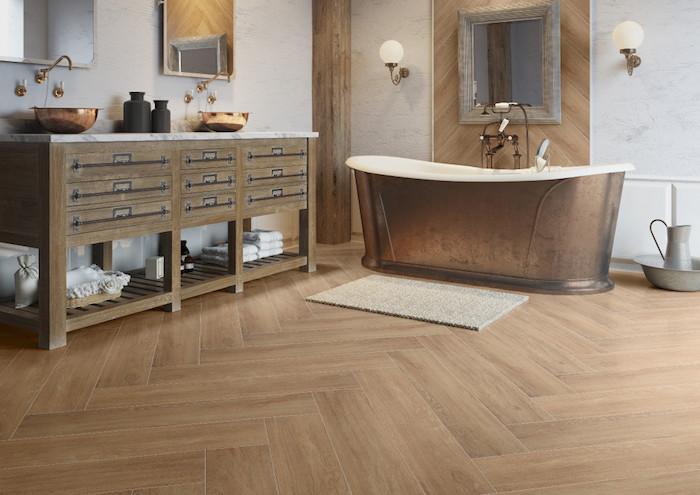 Badezimmer in retro Stil, Waschbecken aus Kupfer, Badetücher, zwei Spiegel im Bad