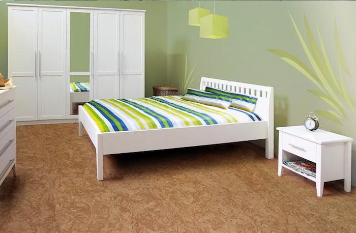 gemütliches Schlafzimmer mit Kork am Boden, Doppelbett mit bunter Bettwäsche