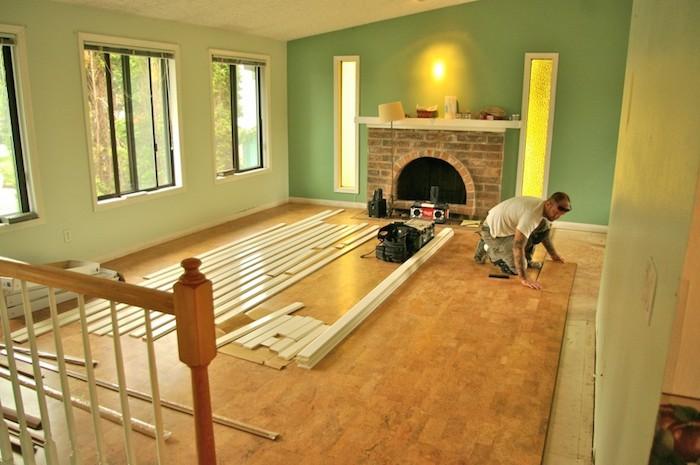 Bodenbelag verlegen, großer Raum mit gelbem Licht, zwei schmale Fenster
