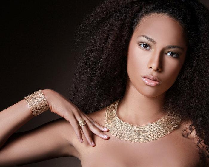 cleopatra kostüm wird von großartigen goldenen schmuckstücken ergänzt tolle idee