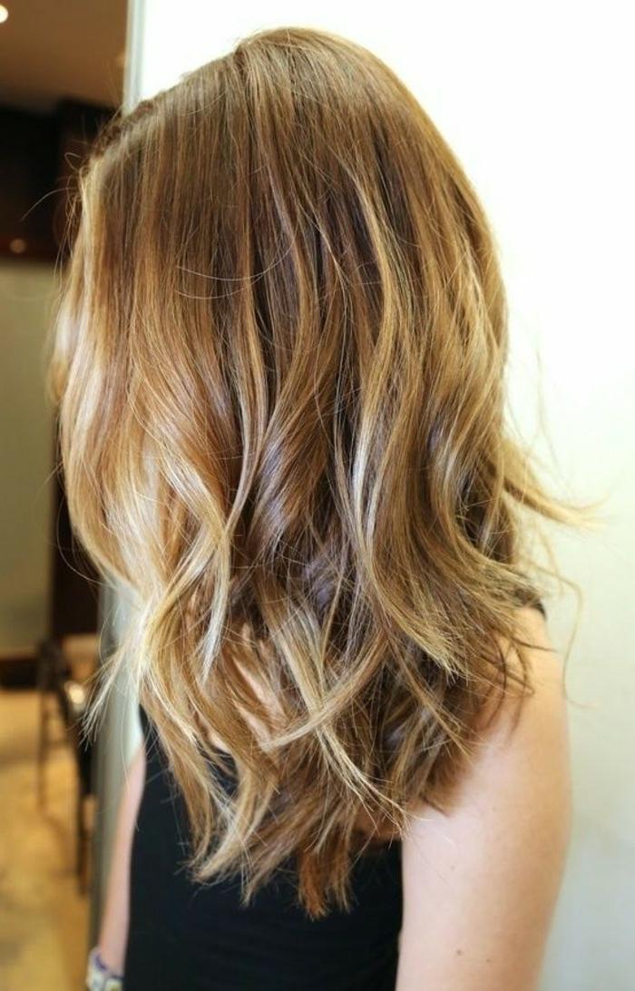 ombre braun hellere spitze lockige haare modische frisur mittellang