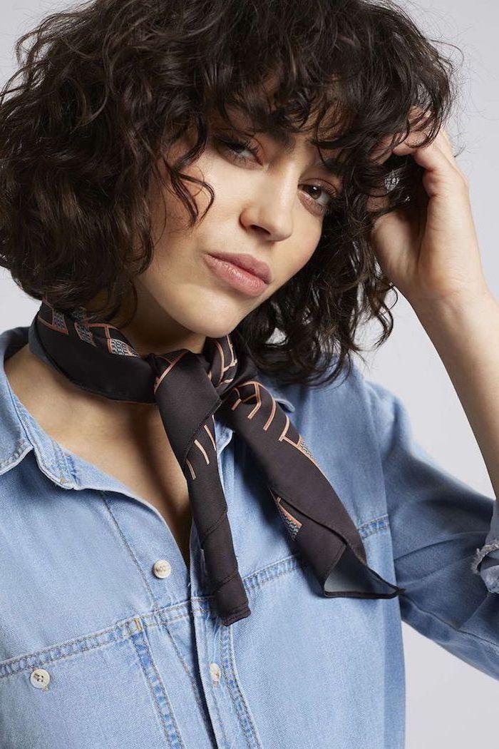 Kurzhaarfrisur Naturlocken schwarze Haare von einem lässig angezogenen Mädchen mit schwarzem Schal
