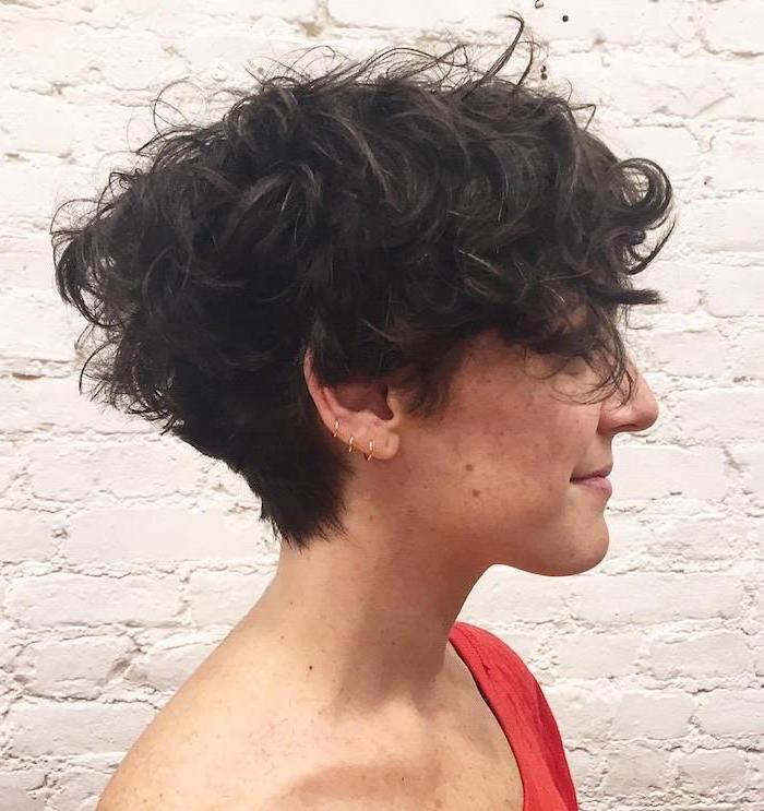 Schwarze Haare in Bob Frisur von einem jungen Mädchen Kurzhaarfrisuren Naturlocken