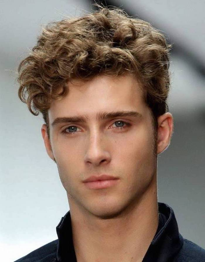 ein junger Mann mit blondem, wildem Haar und blaue Augen - Kurzhaarfrisuren Naturlocken