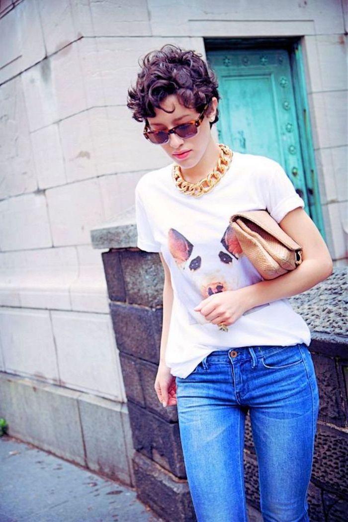 lila Haarfarbe von lockigen Haaren - Kurzhaarfrisuren mit Locken - ausgefallene Kleidung von der Frau