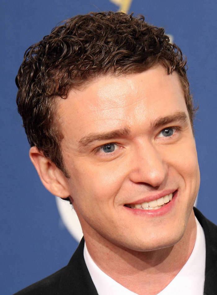 Locken Kurzhaarfrisur von Justin Timberlake, der ein Vorbild für einen hübschen Mann ist