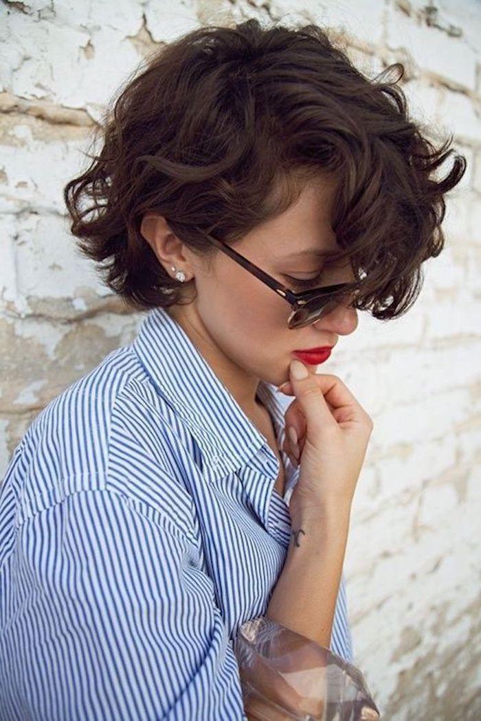 Kurzhaarfrisuren mit Locken und Mädchen mit einer Sonnenbrille, gestreifter Bluse