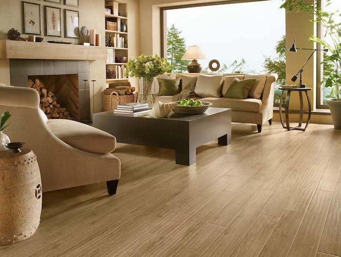 modernes Sessel und Sofa ein massiver Tisch viele grüne Pflanzen Laminat Bodenbeläge