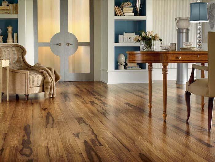 Bodenbeläge aus Laminat zwei Regale mit Dekorationen kleiner Tisch aus Holz