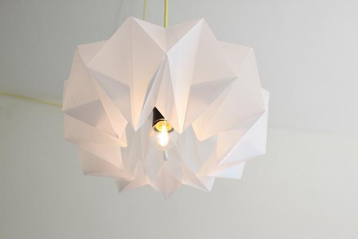 Lampenschirm aus weißem Papier basteln, Origami-Lampe, DIY Ideen für Erwachsene