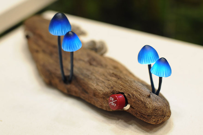 einzigartige Nachttischlampe, blaue Pilze auf Holz, Ideen zum Inspirieren