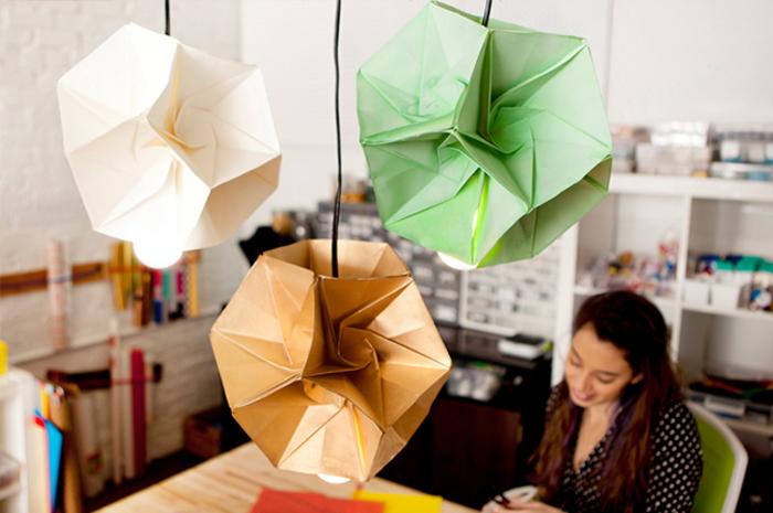 Lampenschirme aus Papier selber basteln, drei verschiedene Farben, echte Hingucker im Zimmer