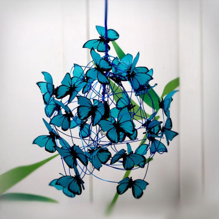 verspielten Kronleuchter selber machen, Lampenschirm mit blauen Schmetterlingen, DIY für Erwachsene