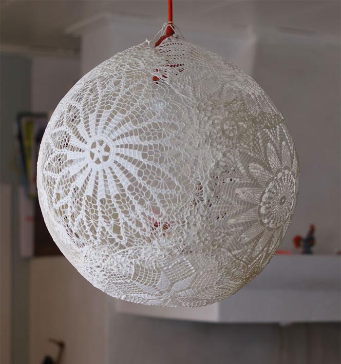 Lampenschirm aus Spitzendeckchen selber machen, fantastische DIY Ideen zum Nachmachen und Inspirieren