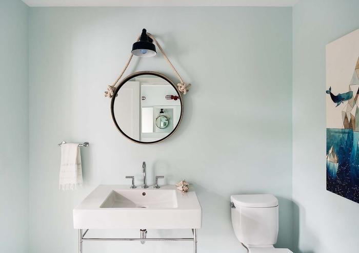 Badezimmer im Landhausstil einrichten, Retro Lampe und Spiegel, helle Töne
