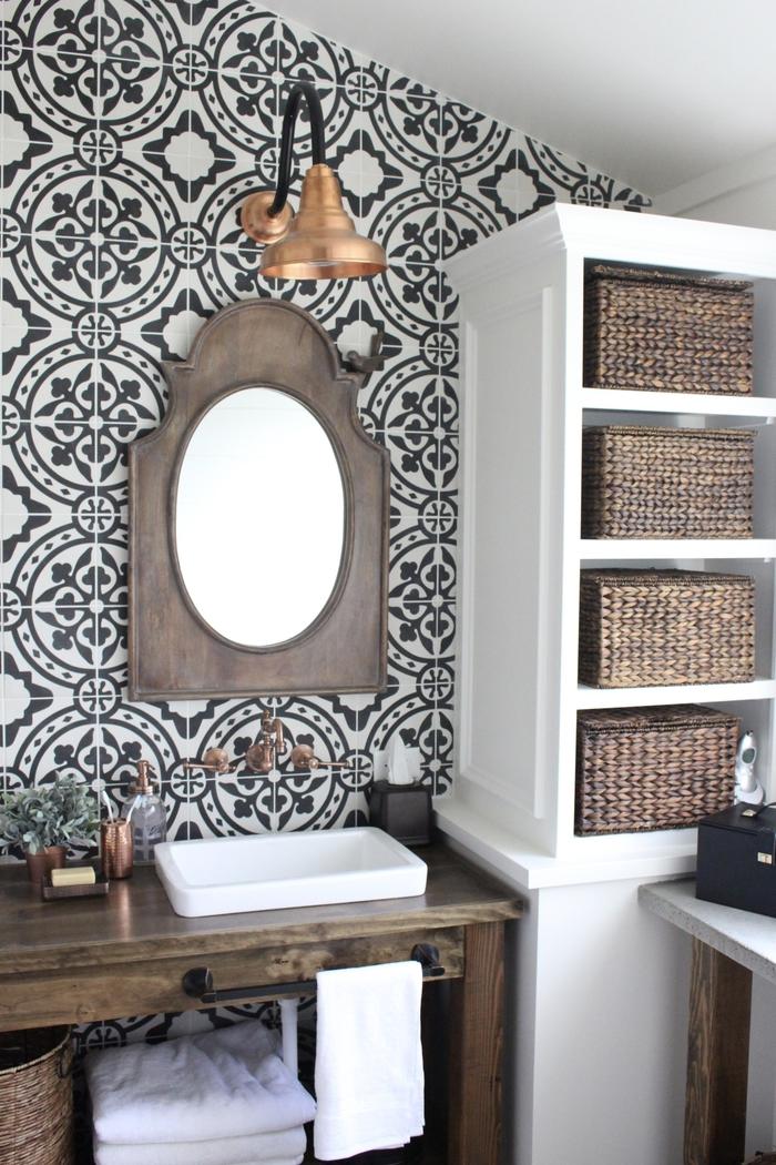 Badezimmer im Landhausstil, Holzmöbel, Rattankörbe, Vintage Spiegel und Lampe